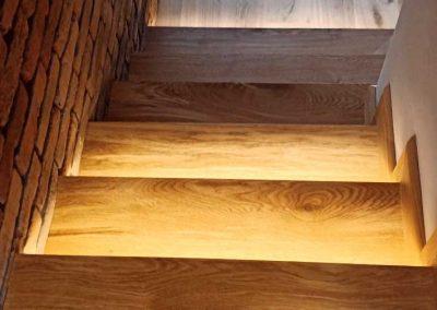 Стълбище, облицовано с натурален дъб