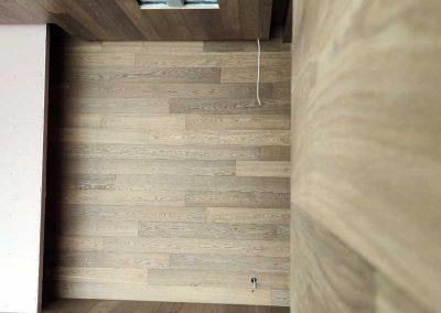 Опушен дъб върху под, стени и таван