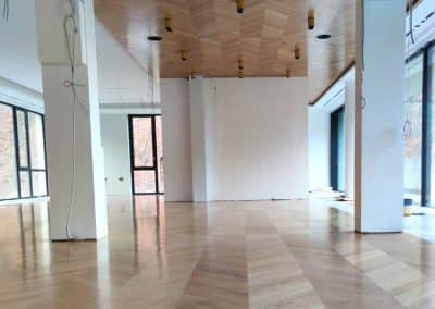 Натурален дъб шеврон върху таван и под