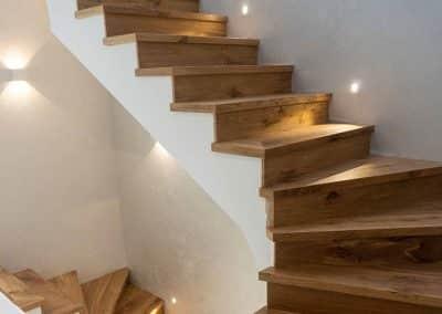 Интериорно стълбище, облицовано с многослоен паркет натурален дъб