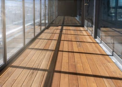 Декинг тик върху пода и тавана на закрита тераса