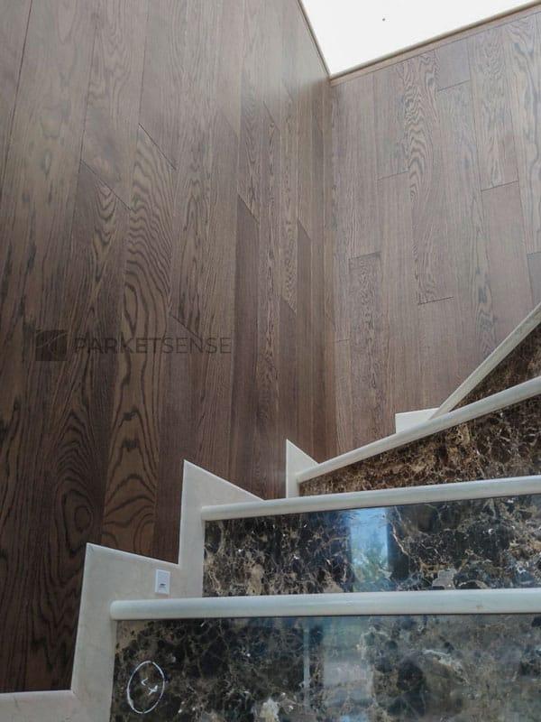 стените на стълбището, облицовани с естествен паркет